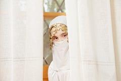 小女孩覆盖物表面隐藏 免版税库存照片