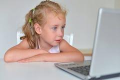 小女孩观看的动画片 库存图片