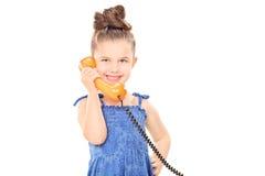 小女孩谈话在电话 库存照片