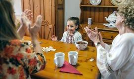 小女孩赢取的多米诺 免版税图库摄影