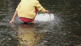 小女孩赤足收集在喷泉的硬币 股票录像