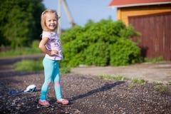小女孩走室外,获得乐趣和 免版税图库摄影
