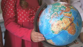 小女孩转动世界地球  特写镜头 股票录像