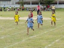 小女孩运行竞争 免版税库存照片