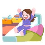 小女孩醒了和舒展在床上 免版税图库摄影