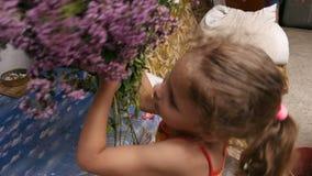 小女孩采取草本花束并且说某事 影视素材
