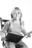 小女孩阅读书 免版税库存照片