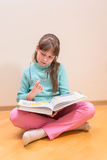 年轻小女孩阅读书 免版税库存图片