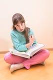 年轻小女孩阅读书 库存照片
