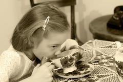 小女孩饮用的茶 免版税库存图片