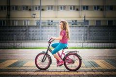 小女孩骑马自行车 免版税库存照片