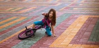 小女孩骑马自行车 库存图片