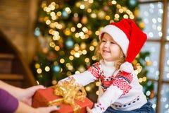 小女孩给一件礼物妈咪 图库摄影