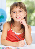 小女孩画使用铅笔 免版税库存照片