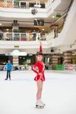 小女孩滑冰花样滑冰胜利体育衣服 库存照片