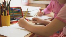 小女孩画在习字簿的图片 影视素材