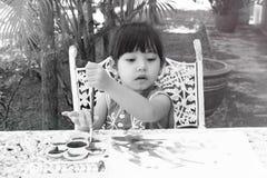 小女孩绘画在庭院里在家 图库摄影