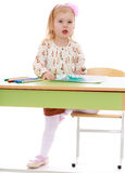 小女孩画毡尖的笔 库存照片