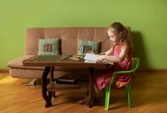 小女孩轻碰通过册页 库存照片