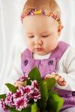 小女孩画象在紫罗兰色围兜礼服穿戴了 免版税图库摄影
