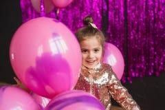 小女孩画象有桃红色气球的 免版税库存照片