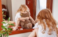 小女孩画象有玩具熊的 库存图片