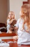 小女孩画象有玩具熊的 免版税库存照片