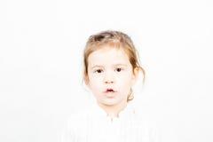 小女孩画象谈话与开放的嘴 库存图片