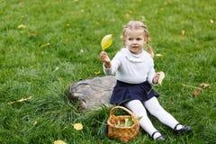 小女孩结辨的篮子 库存图片
