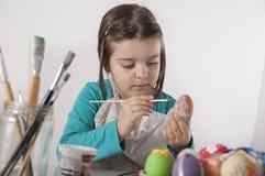 小女孩绘鸡蛋 免版税库存照片