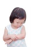 小女孩以mosquitoe叮咬痛处 免版税库存照片