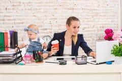 小女实业家计算机前面女孩她家庭水平膝上型计算机妈妈使用塑造视图腰部工作 库存照片
