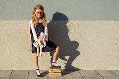 小女小学生采取了她的玩具到有她的学校 免版税库存照片