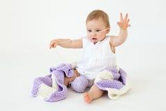 小女婴坐与被隔绝的格子花呢披肩的地板 免版税库存照片