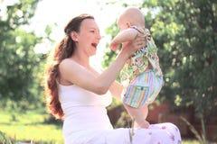 小妈妈 愉快的母性的概念 与拷贝空间的照片 免版税库存照片