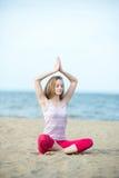 小姐实践的瑜伽 在海洋沿海附近的锻炼 库存照片