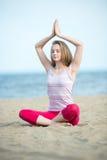 小姐实践的瑜伽 在海洋沿海附近的锻炼 免版税库存照片
