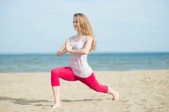 小姐实践的瑜伽 在海洋海附近的锻炼 图库摄影