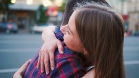小姐富感情的恳切的夫妇拥抱街道 股票视频