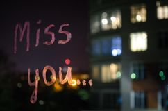 小姐您,由唇膏的题字文本在玻璃窗夜 概念亲吻妇女的爱人 库存图片