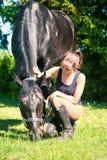 小姐教练近对她的马坐草 库存图片