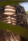 小姐暗淡的夫人Behind Leaf 图库摄影