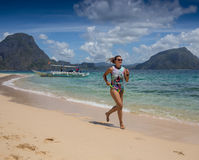 小姐有假期在热带手段 免版税库存图片