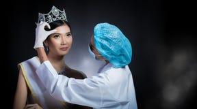小姐选美皇后与金刚石冠框格的壮丽的场面比赛是che 免版税库存照片