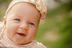 小婴孩愉快微笑 有可爱的微笑的小女婴 愉快的国际儿童的天 享用您无忧无虑 库存照片
