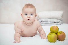 小婴孩用绿色苹果 免版税图库摄影