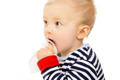 小婴孩获得湿抹和抹他的表面 免版税库存图片