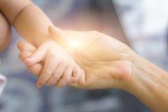 小孙子和老祖母的手, 免版税库存照片