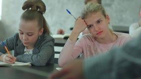 小学哄骗坐在学校课程和听老师在教训 股票视频