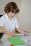 小学学生做他的家庭作业 免版税库存照片